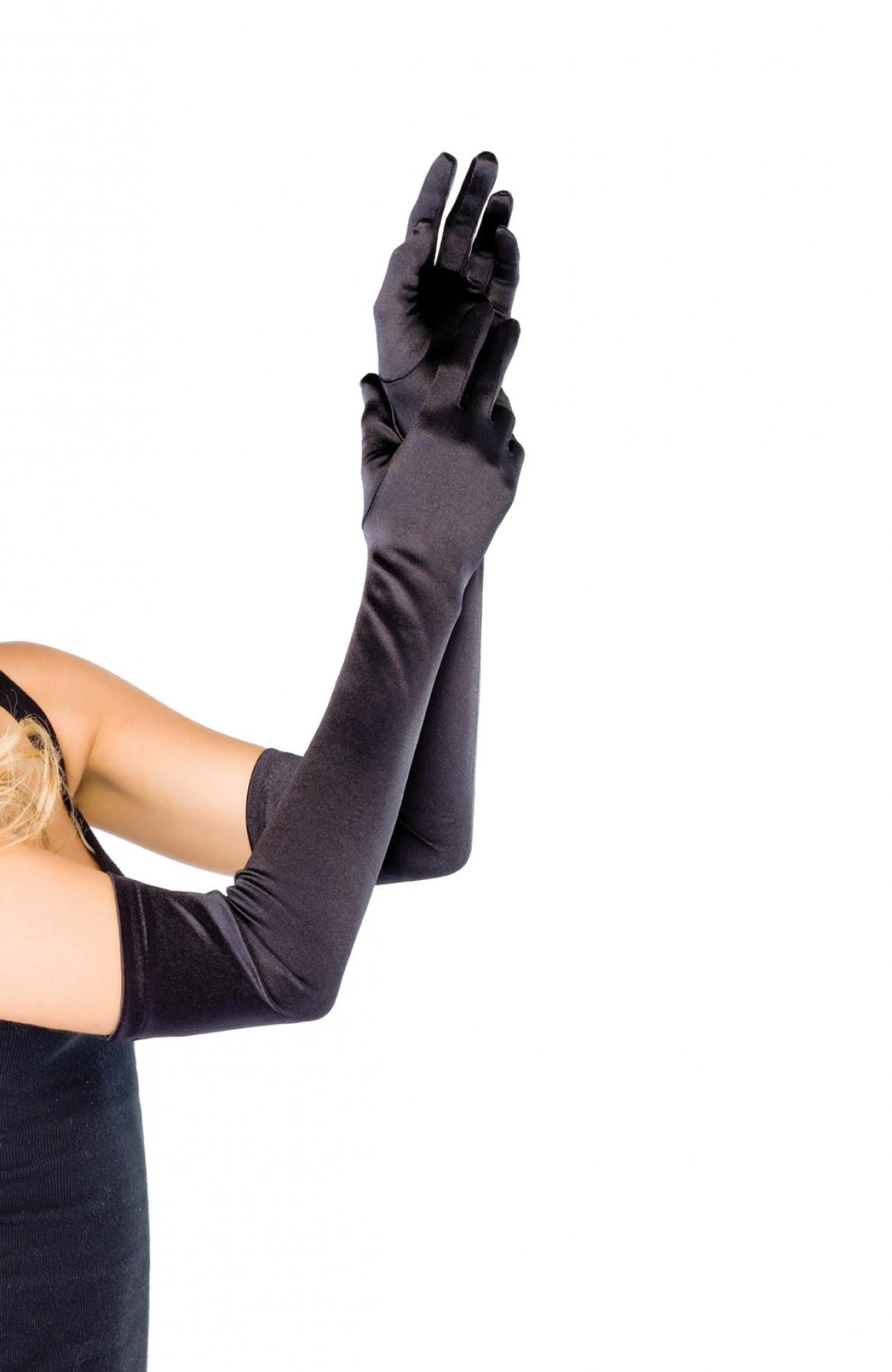 Женщина эротично надевает кожаные перчатки